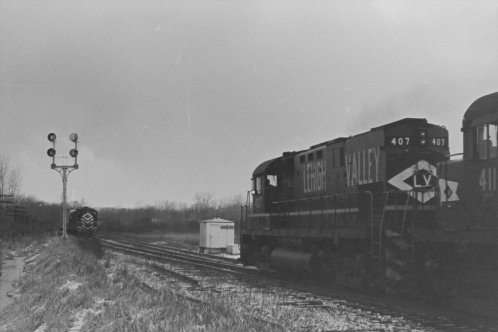 Lehigh Valley Railroad w/b train meeting AP-2 at Quaker Interlocking. February 26, 1975. Rochester Junction is about a mile past the signals. Paul J. Templeton photo.