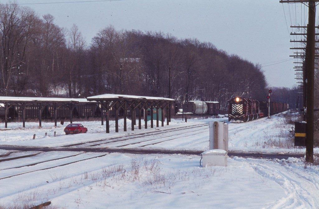 Lehigh Valley westbound freight passing the canopies at Rochester Junction, looking east. Christopher Smith photo.