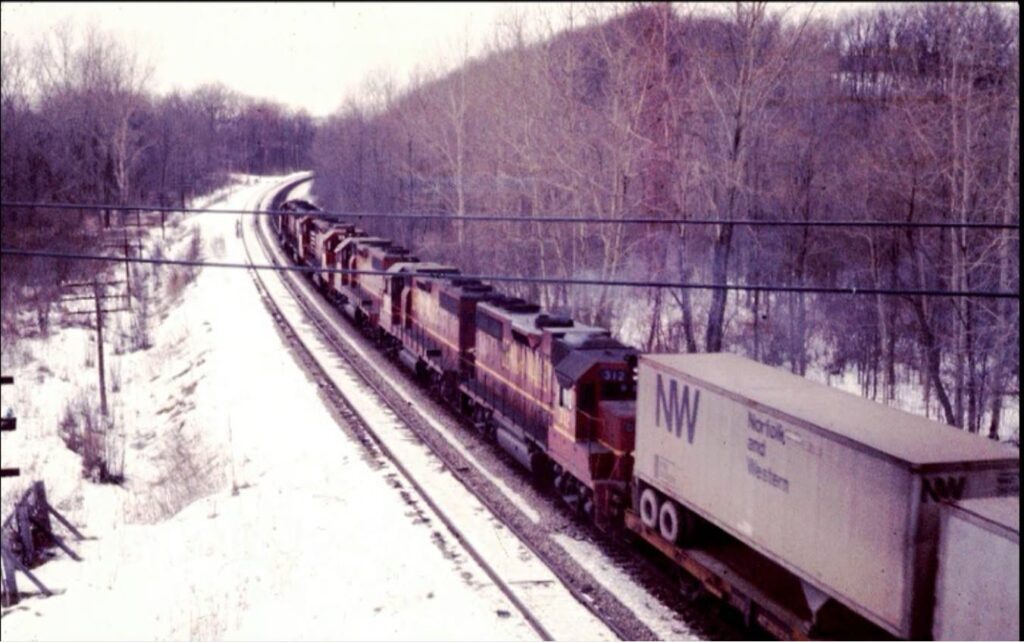 Lehigh valley Apollo, Taken from the Clover Street bridge; Rochester Junction is around the curve. Early 1970s. Bob Zimmermann photo.